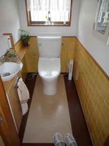 カベタイルはそのまま生かし、床材は手入れのしやすいセラミックのフロアへ改修