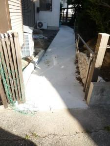 門扉から玄関までのスロープ