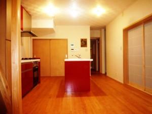 赤い扉が印象的な アイランドキッチン